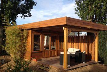 Abris à Toit Plat En Bois Avec Terrasse , Modifié En Bureau De Jardin