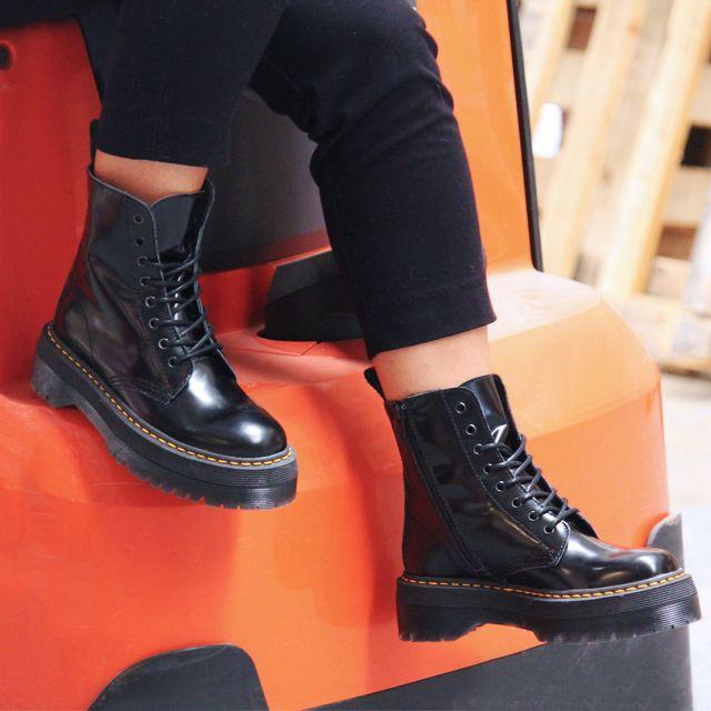 2ec80ade Botas para mujer en color negro. Características:con cordones, tacón 5 cm,