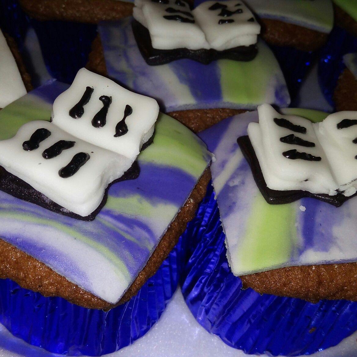 Lindos cupcakes rellenos de vainilla... #pideyllega #Ecuador #  #creativa como para exposiciones de los niños y facil de hacer....