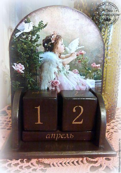 Купить или заказать Вечный календарь 'Ангел' в интернет-магазине на Ярмарке Мастеров. Прекрасный подарок к любому торжеству.календарик выполнен в коричнево-золотом цвете с изображением девчушки-ангела. Выполнен в технике декупаж, с применением не токсичных материалов.…