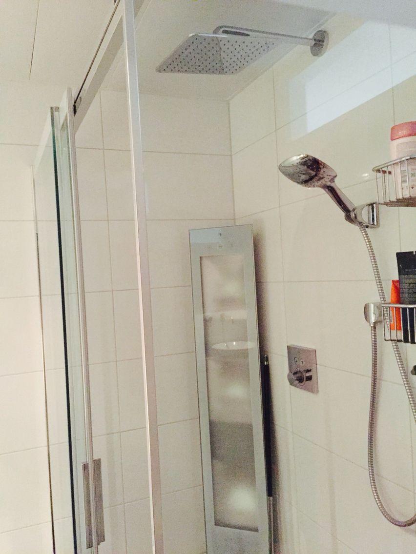 In de hoek van de badkamer de full body sunshower, infrarood sauna ...