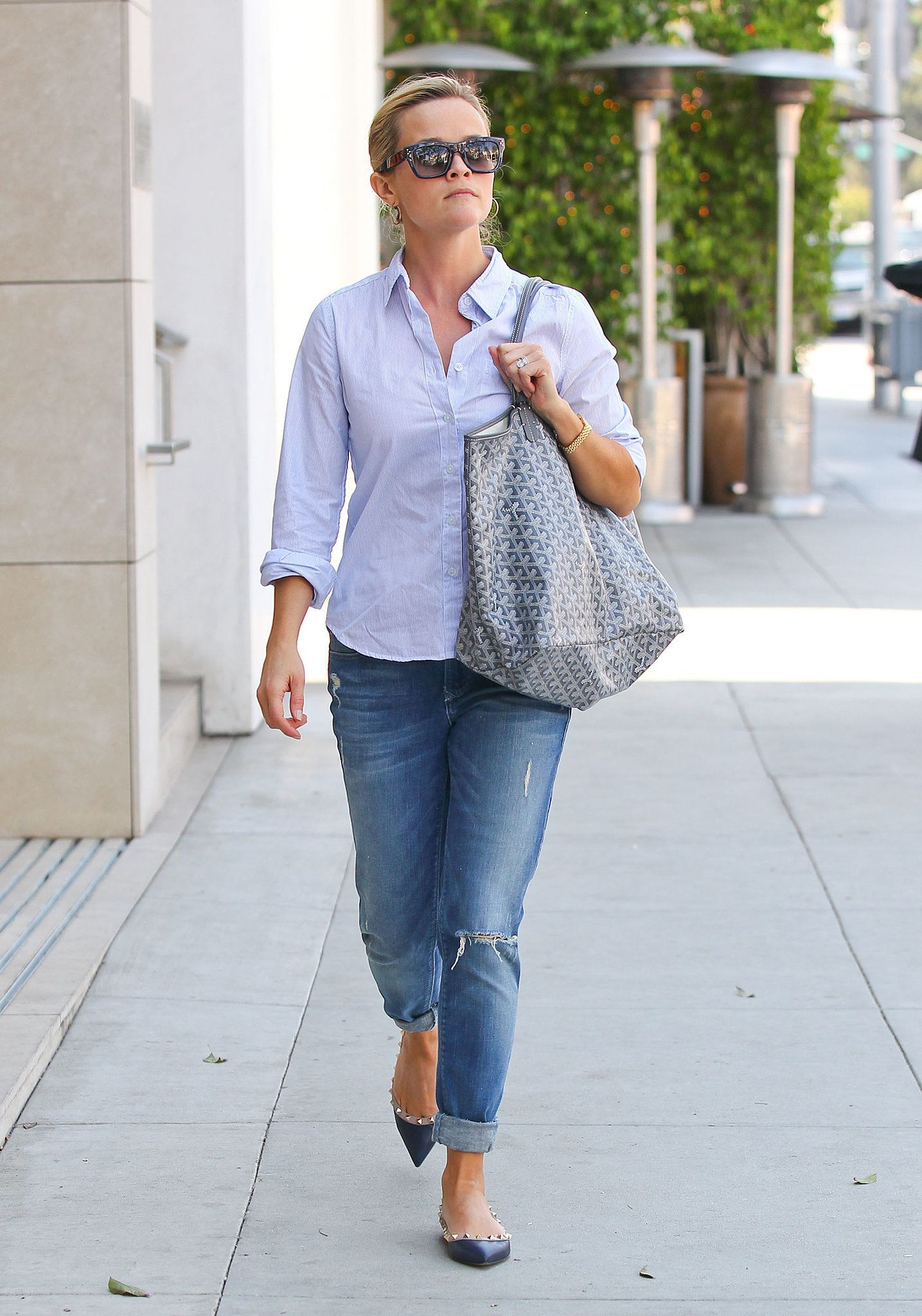 Dress up your boyfriend - The Quickest Way To Dress Up Your Boyfriend Jeans With Studded Statement Flats La Reese Witherspoon Keep The Overall Effect Work Ready By Tucking In