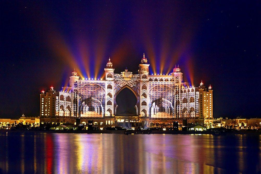 Atlantis The Palm -hotelli Dubain Jumerah Beachillä on unohtumaton näky illan hämärtyessä. #sunset #Dubai #Atlantis_The_Palm www.finnmatkat.fi
