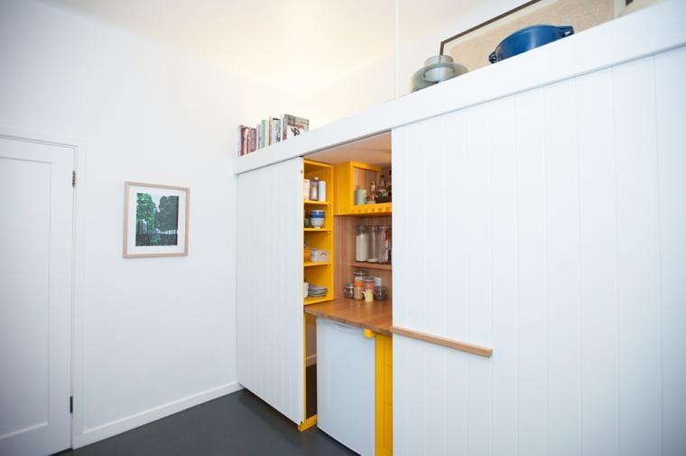 Mini-Küche mit gelben Schränken in einem Studio von 23 Quadratmetern ...