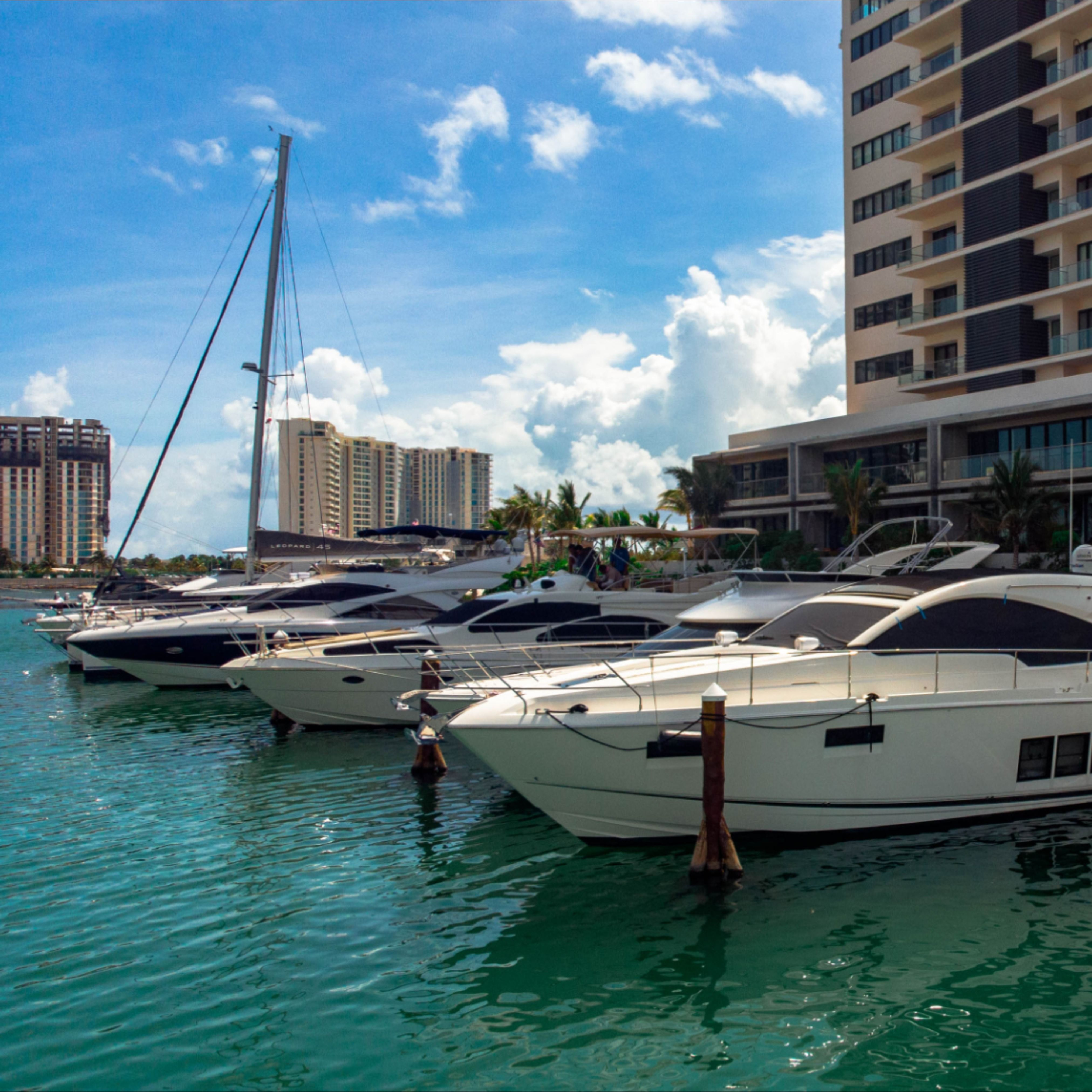 Las mejores embarcaciones en la Marina Muelle 7 Cancún, ven y cotiza con nosotros.