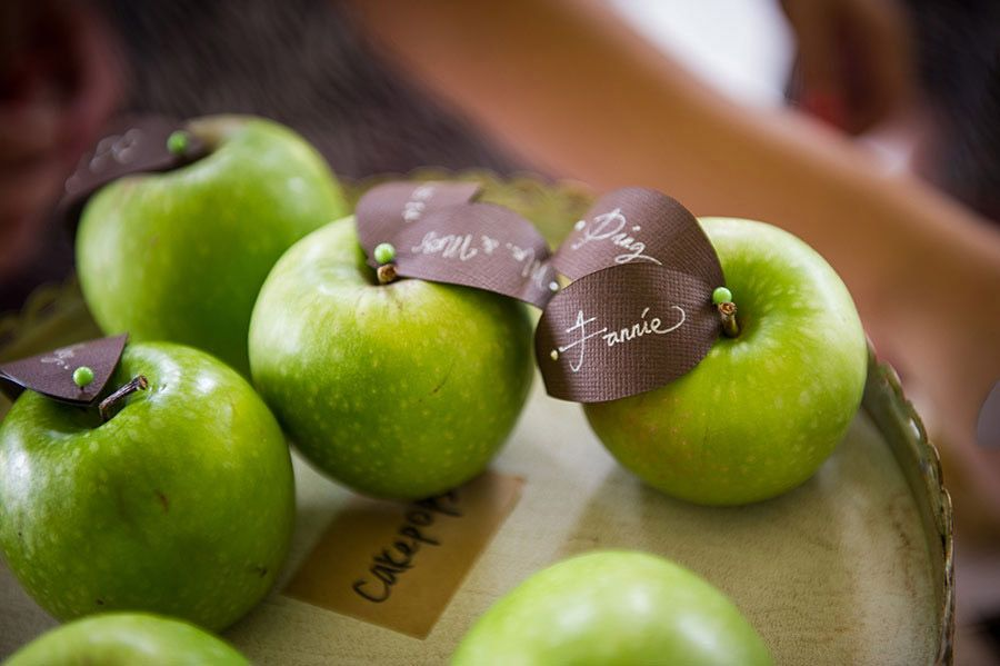 Green apples and other budget-friendly wedding favor ideas // The Complete Guide to Picking the Perfect Wedding Favour - Part 3