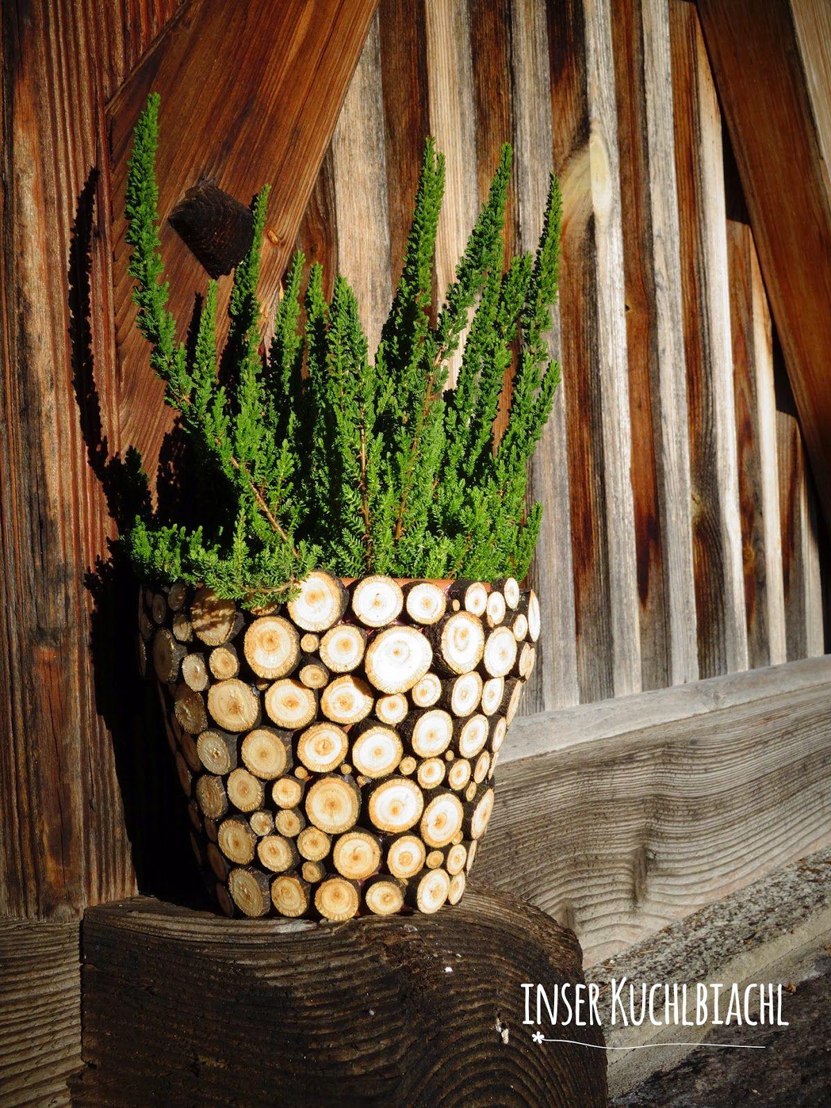 Schone Vase Mit Holzscheiben Verleiht Einer Alten Tonvase Ein Neues Kleid Holz Handwerk Holzscheiben Basteln Mit Holzscheiben