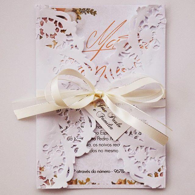 WEBSTA @ alamassita - Modelo em papel texturizado com capinha de doily e fita de cetim. Arte em aquarela exclusiva! ❤️ Orçamentos:📩contato@alamassita.com #convites #convite #convitedecasamento #casamento #identidadevisual #noiva #noivas #noivado #noivadoano #voucasar #voucasar2016 #voucasar2017 #wedding #weddingfavors #weddingdecor #personalizados #papelaria