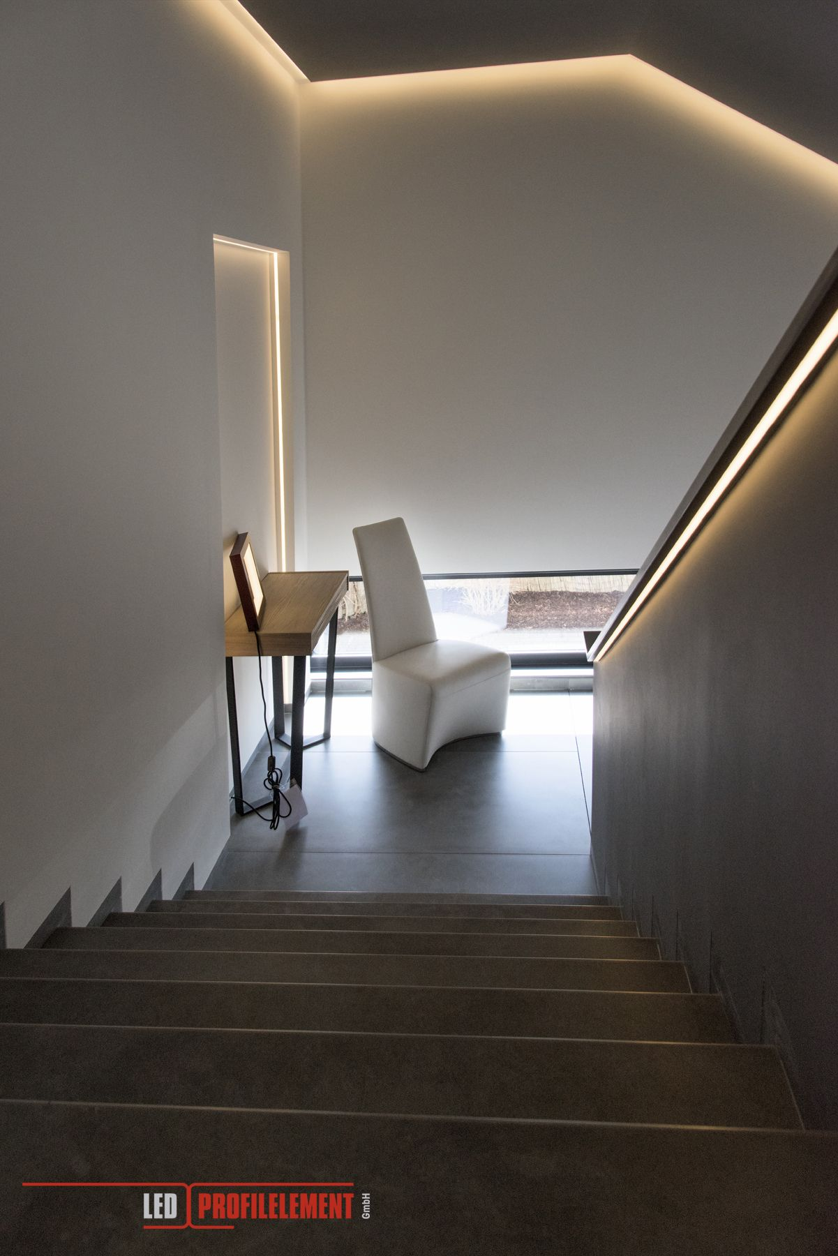 Indirekte Beleuchtung In Einem Grossen Treppenhaus Www Ledprofilelement De Beleuchtung Treppe Haus Indirekte Beleuchtung