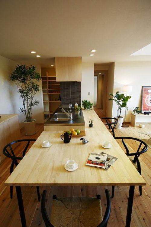 キッチンと一体のカウンターとダイニングテーブルも造り付けです