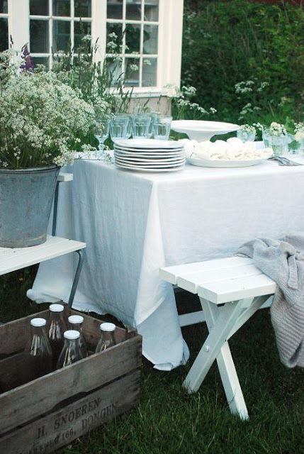 Julias Vita Drömmar: Midsommarafton dukning USE a picnic table painted white with benches.