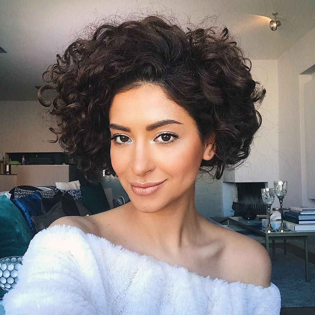 A faux curly bob is always a good idea! The tutorial for this look is on my feed 🍬 #curlsarefun ...