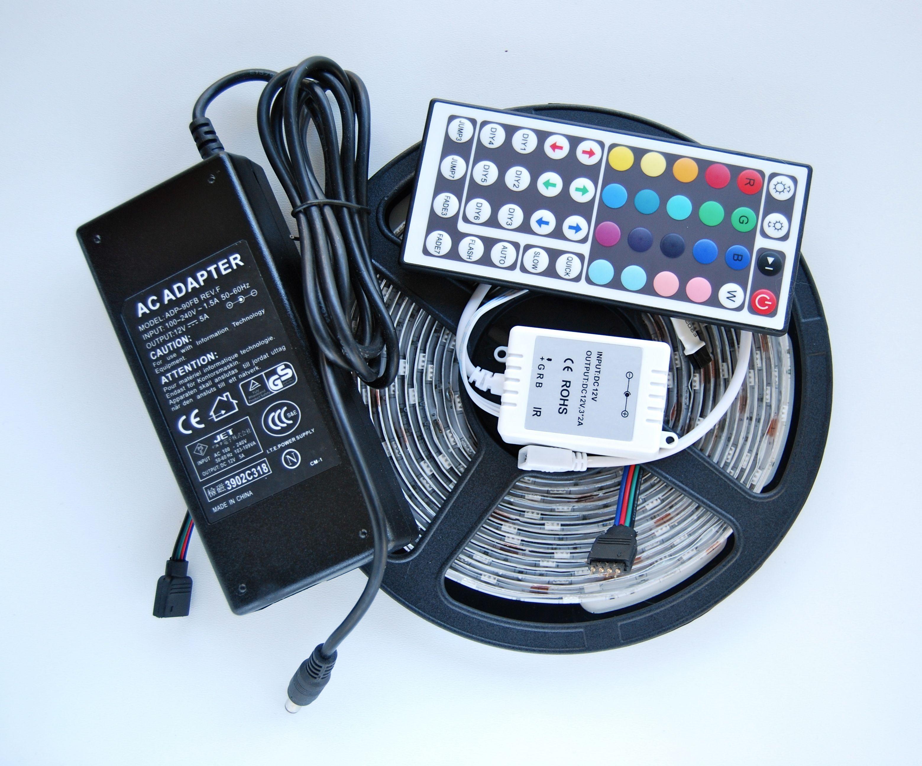 Flexibel och vattentät (IP65) LED-strip RGB för inomhus- och utomhusbruk. Rullarna har självhäftande baksida och är lättapplicerbara på olika ytor. LED strip RGB är ett praktiskt belysningsalternativ. LED-rullen går att kapa var tionde centimeter. Lamporna är lättapplicerbara och varje rulle levereras med en transformator och en fjärrkontroll som styr ljusstyrka och -nyans.  Listerna går att skarva ihop .