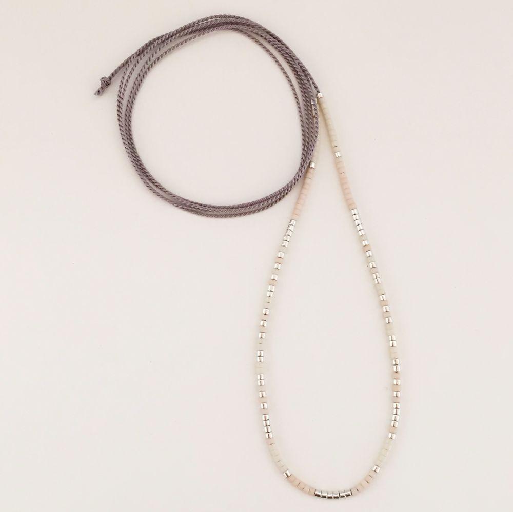 Chebørløv-Design.dk - Adele Halskæde i grå med creme & sølv perler
