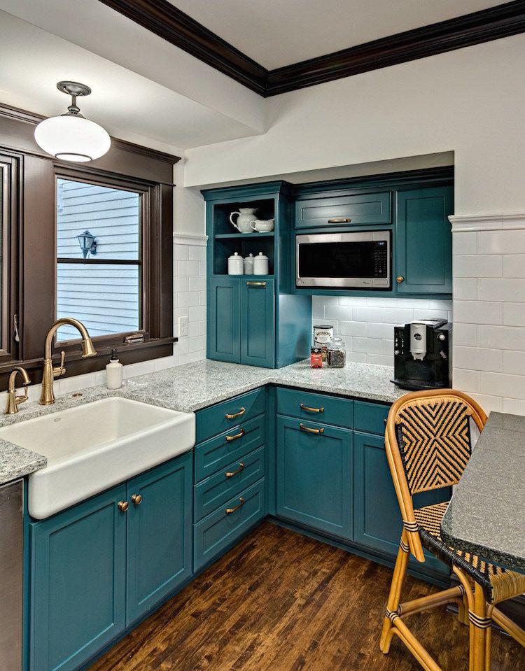cuisine bleu canard et bois pour se plonger dans dynamisme