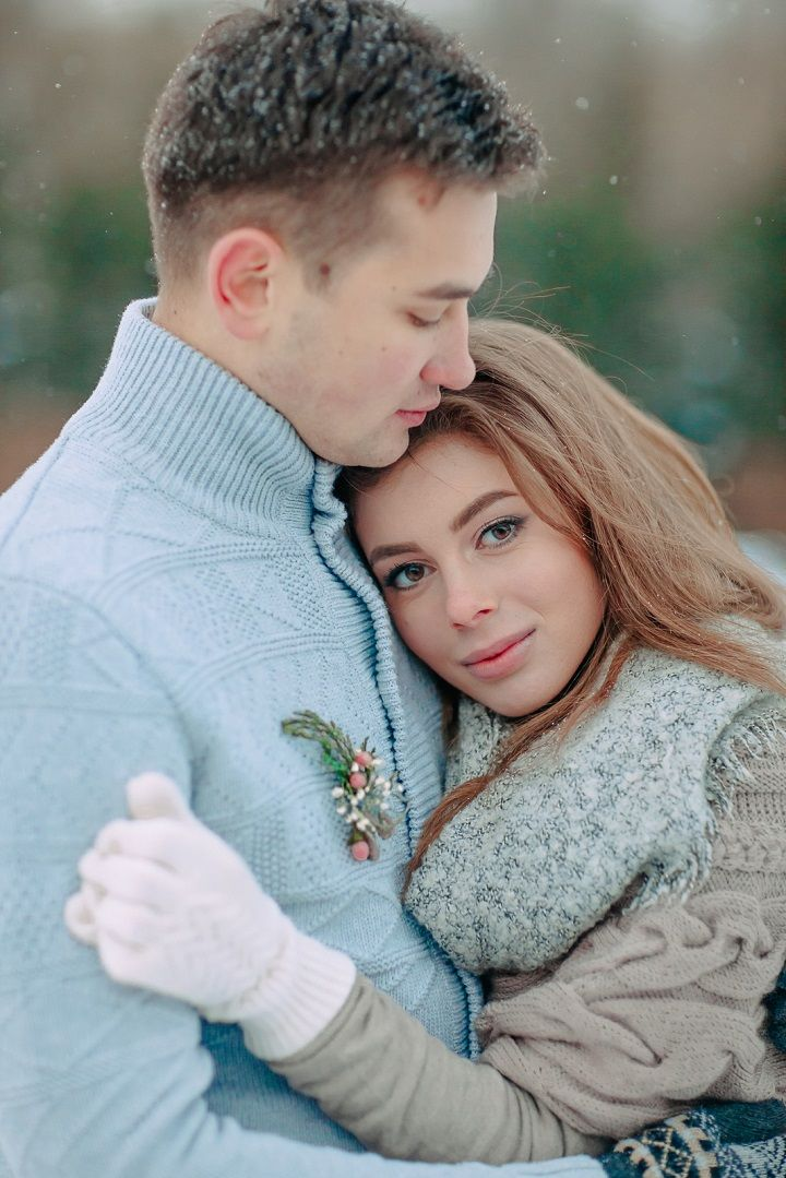 Bride and groom wedding photo shoot in the snow | fabmood.com #wedding #winterwedding #outdoorwedding #snow #bride #weddingdress #peach