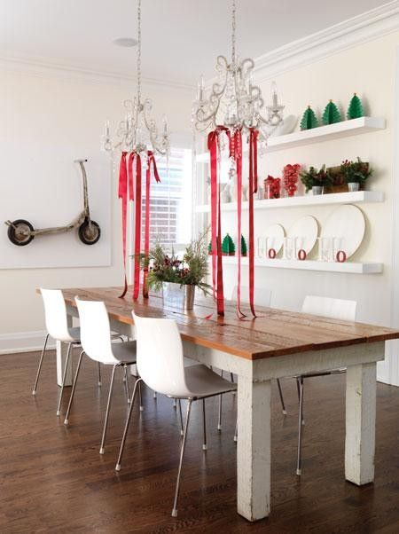 chaises blanches table rustique