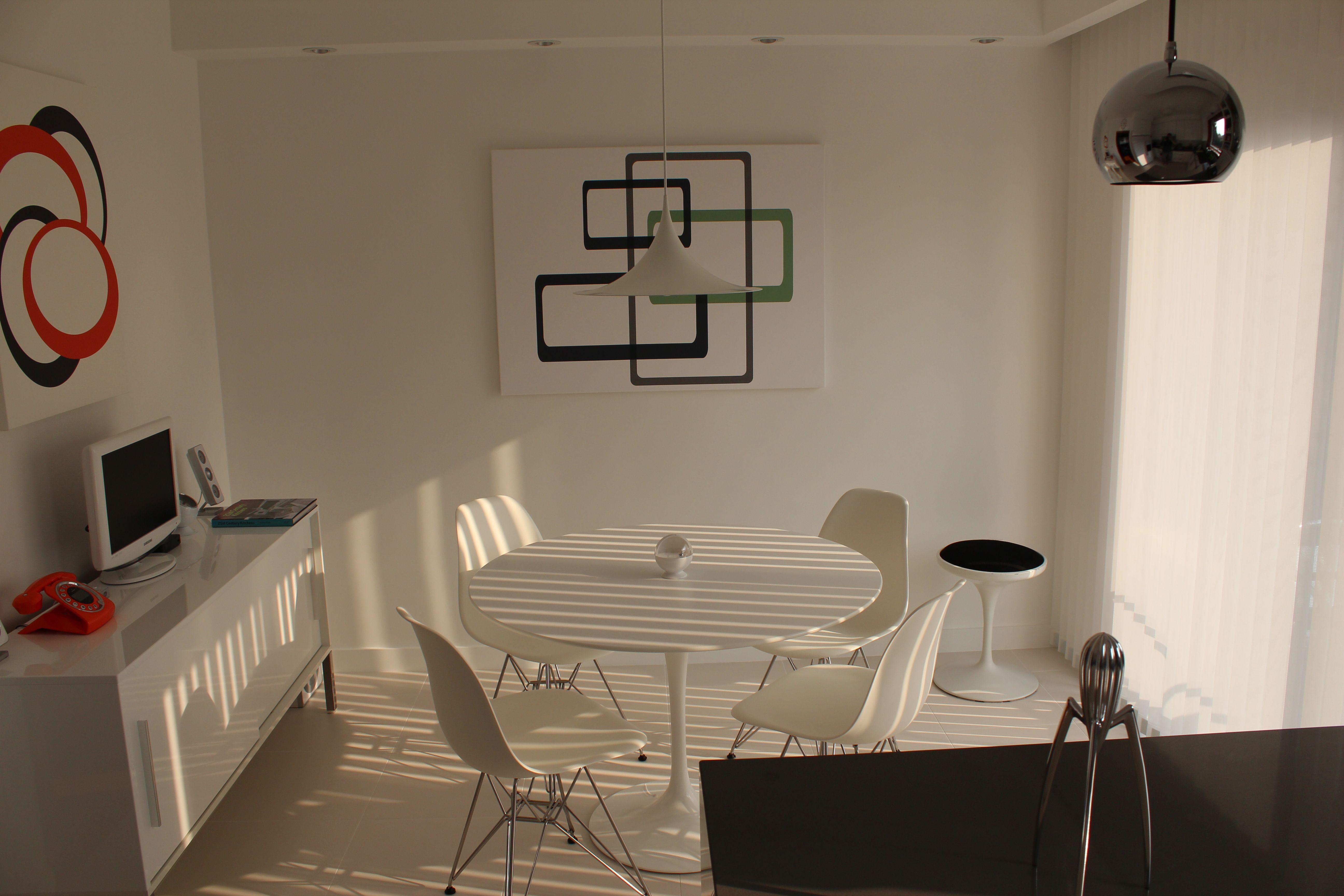 Eat in kitchen new 2013 Knoll Saarinen tulip table 42