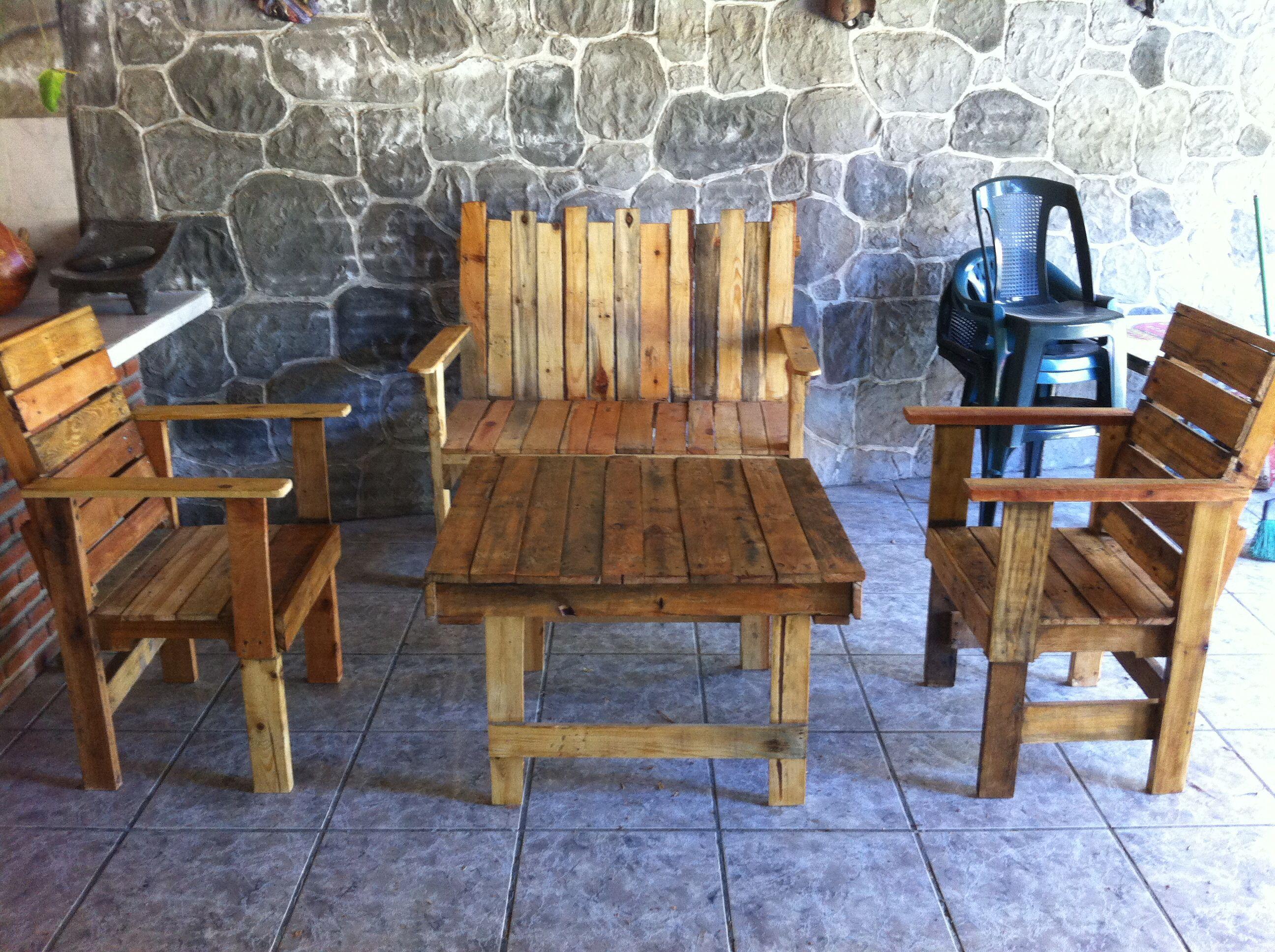 Sala de jard n r stica echa con palets reutilizar es for Mesas de palets para jardin