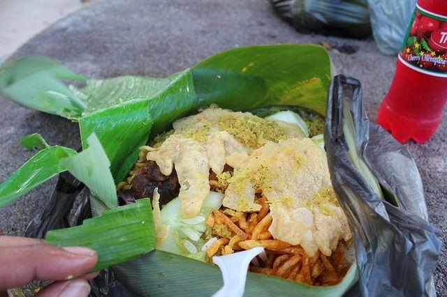 수리남 음식, 바나나 잎에 음식, 남아메리카, 수리남 - Visit WebtalkMedia.com for info on blogging!