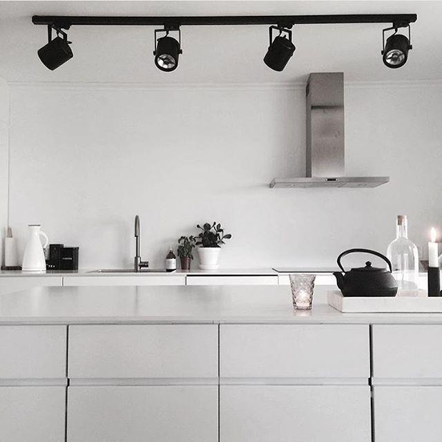 @slottetpaastranda  Nydelig! Dette liker vi! Sov godt alle sammen  I morgen smeller det med en hel masse pakker som skal sendes. Og alles favoritt-ting! Varetelling   Natta!  #nordiskehjem #kitchen #interior #inspo #beautiful #webshop