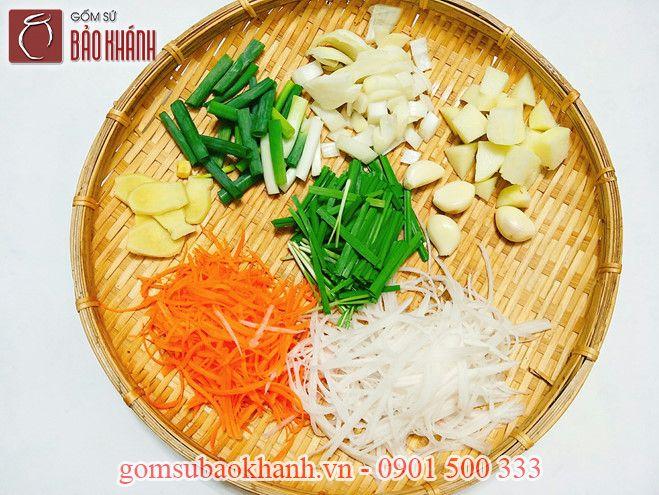 Cà rốt, củ cải, hành tây, hành lá làm sạch, rửa sạch và để ráo nước.