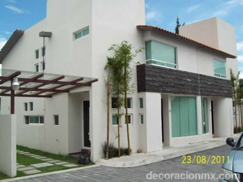 Fachada para casa moderna con cochera lateral fachadas for Fachadas de casas modernas puerto rico