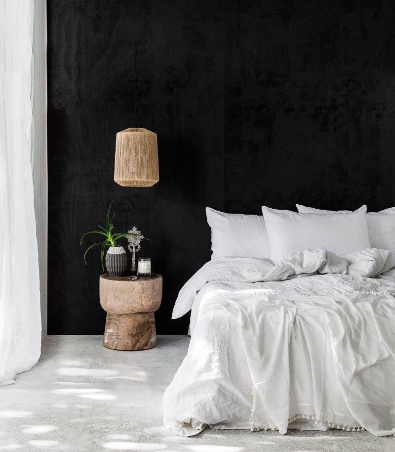 match made in heaven donkere muren in de slaapkamer met een licht linnen dekbed roomed