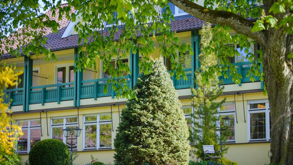 Biohotel Mohren in Deggenhausertal-Limpach Was das Bioherz begehrt, schönes Hotel mit Wohlfühlgarantie zum fairen Preis, ausgezeichnete Bioküche, Natur SPA, Bio-Gutshof ... Im Biohotel Mohren genießen Sie die Ruhe und Gelassenheit der Natur. In den gemütlichen, ruhigen Zimmern finden Sie erholsamen Schlaf. Der Blick aus dem Fenster schweift ins Grüne, viele Zimmer sind mit einem Balkon ausgestattet. Unser Haus bietet Einzel- und Doppelzimmer mit insgesamt 65 Betten, sowie vier…