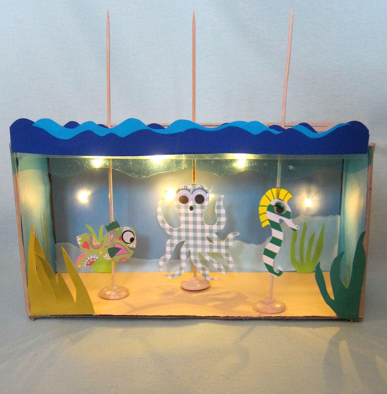 Byg dit eget dukketeater med lys i, ud af en skotøjsæske.  http://blikfang-dukketeater.blogspot.dk/  Shoebox puppet Theater