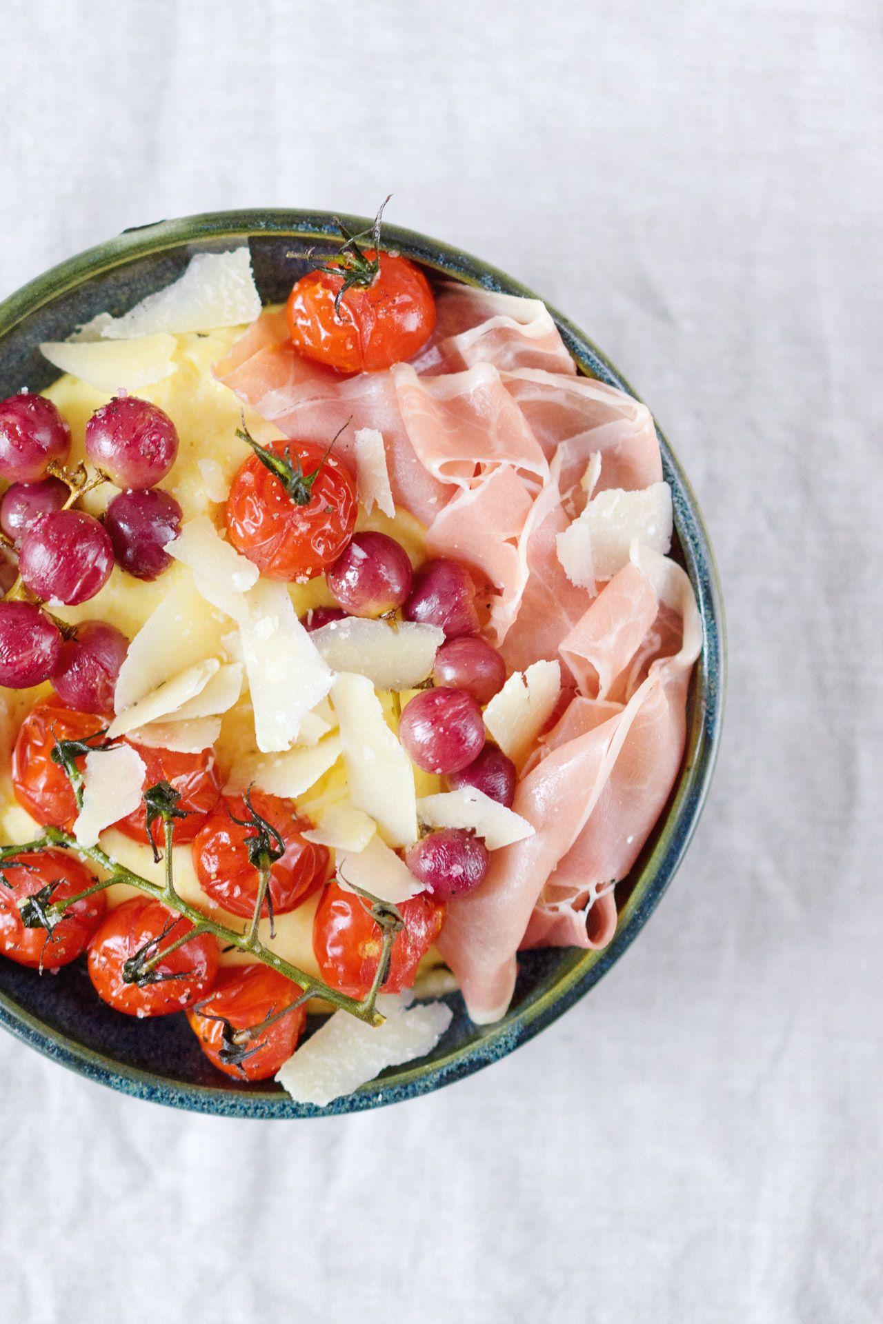 Berliner Kuche Polenta Mit Gerosteten Weintrauben Und Tomaten Parmesan Und Parmaschinken Berliner Kuche Rezepte Lebensmittel Essen
