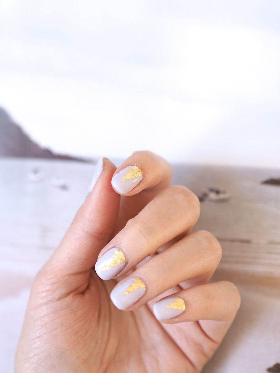 Graphic lilac nails with gold foil by Bio Sculpture   Photo: Pupulandia