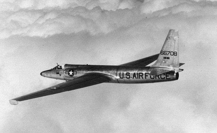 No início, o U-2 não era pintado. Mais adiante, devido ao perfil de suas missões, seria pintado inteiramente de preto (Foto - USAF)