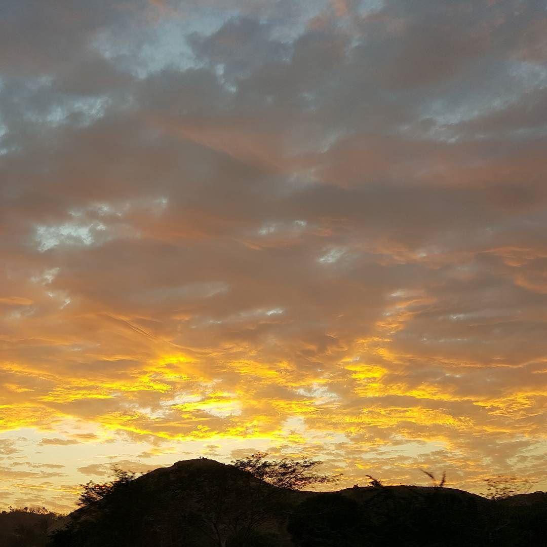 Espectáculo de la naturaleza... Feliz primero de enero! #Sky #Sun #Sunset #CazandoAtardeceres #Atardecer by julianalondonob