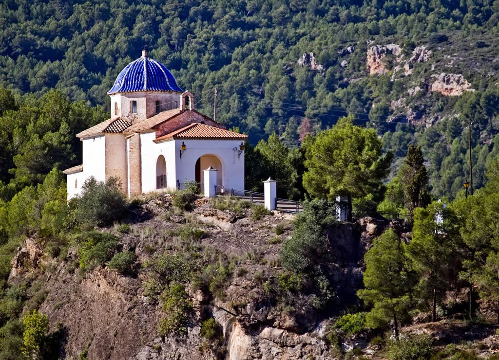Fanzara es un municipio de la provincia de Castellón perteneciente a la Comunidad Valenciana, España. Situado en la comarca del Alto Mijares.El núcleo urbano se encuentra en un valle a los pies del río Mijares y se halla a una altura de 239 msnm. Gran parte de su término se halla poblado de grandes extensiones de bosque en donde las especies predominantes son los pinos y las encinas.