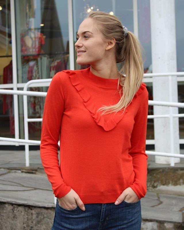 Det er lenge siden vi har sett så mye farger i motebildet, som denne våren. Og vi elsker det!!! Denne herlige genseren med rysjekant er fra second female💘💘. Nyt fridagene!!