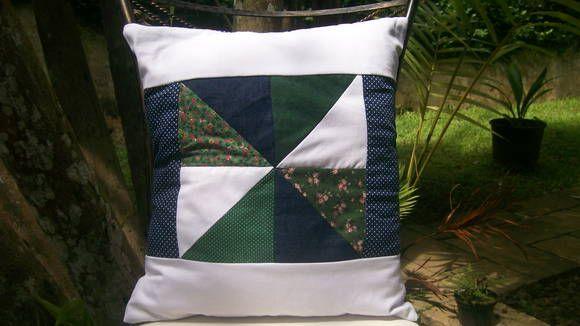 Almofada artesanal feita com retalhos. Técnica: patchwork. Medidas: 40 cm x 40 cm. Não acompanha enchimento. R$ 60,00