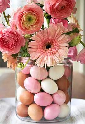 Der er så mange muligheder i at ha´ to vaser der kan sættes inden i hinanden. Her er hulrummet fyldt med matchende påskeæg.