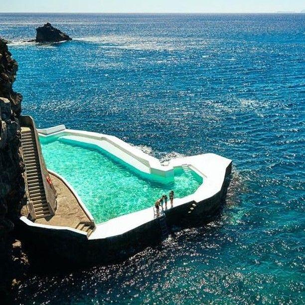 Direction le Portugal ✈️ On va se baigner dans cette superbe piscine, ça vous tente ? 😮⠀ .⠀ © Albatroz Beach Yacht Club - Portugal. ⠀ .⠀ #piscine #piscineprivée #piscines #instapiscine #été #terrasse #jardin #voyage #swimmingpool #pools #infinitypool #travel #travelgram #travelphotography #instavoyage #portugal #dreampool #traveltuesday #tuesdayvibes #guidepiscinefr⠀
