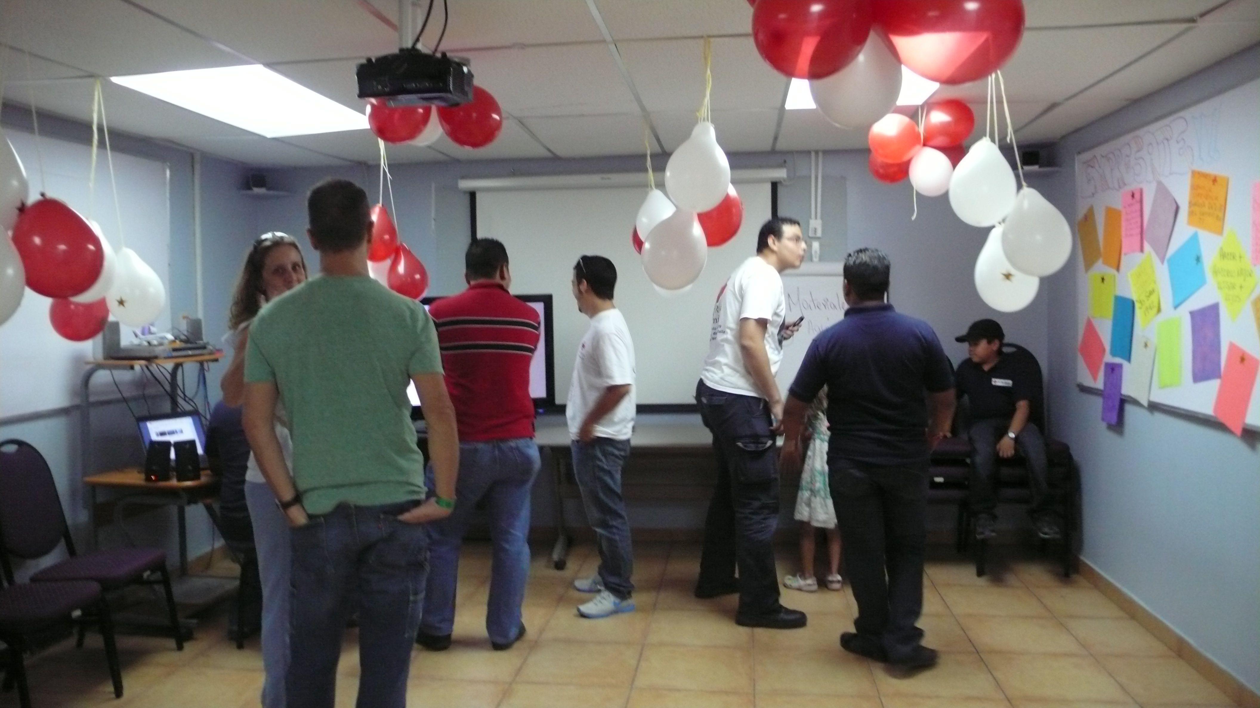 Nuestros voluntarios y amigos de la Cruz Roja Panameña conviven en la actividad EnAmorArte
