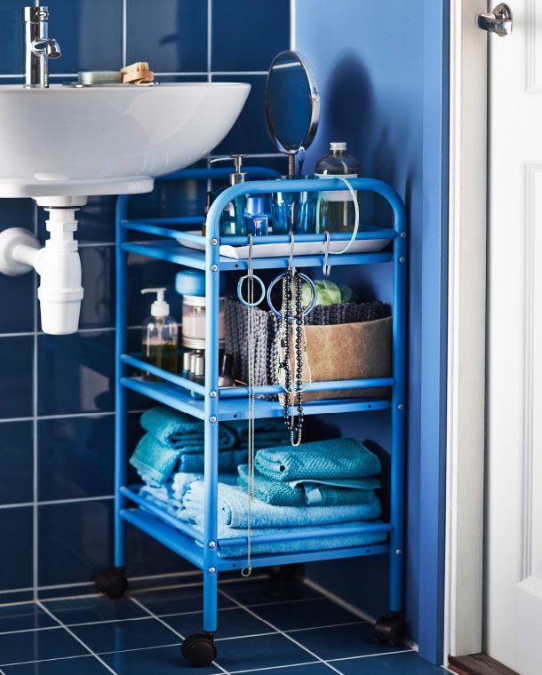 DRAGGAN Rollwagen in Blau direkt neben einem Waschbecken IKEA - badezimmer rollwagen