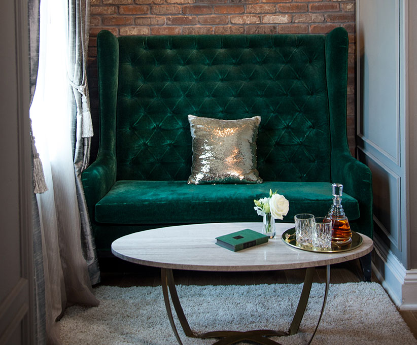 A Review of the New Again Culver Hotel in Los Angeles | Flung #interiordesign #vintagedesign #vintagedecor #luxurydecor #vintageinteriordesign #golddecor #velvetcouch #bartools