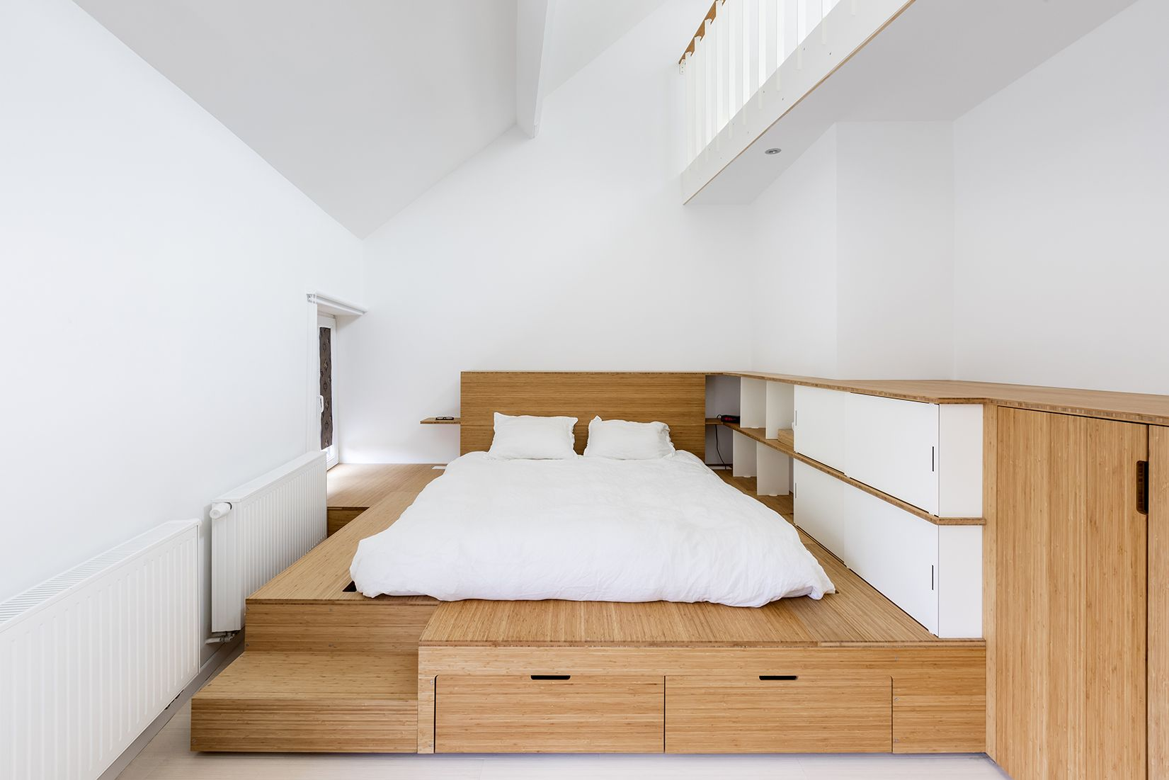 Estrade Lit Integrant Un Dressing Bois Et Acier Avec Large Penderie Et Tiroirs Bed Integrating A Dressing Made Of Steel And Wood With Large Storage Space And D