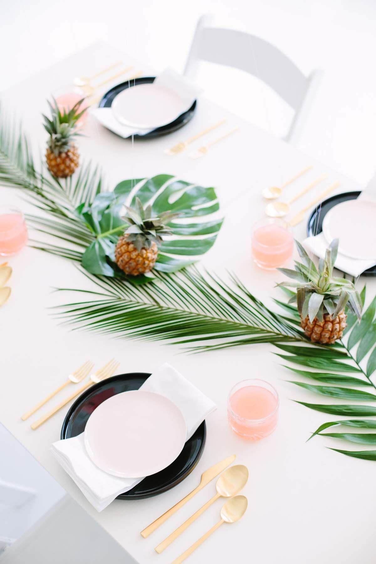 Palmenbl tter und ananas coole sommerliche tischdeko sch n gedeckt tischdeko in 2019 - Coole tischdeko ...