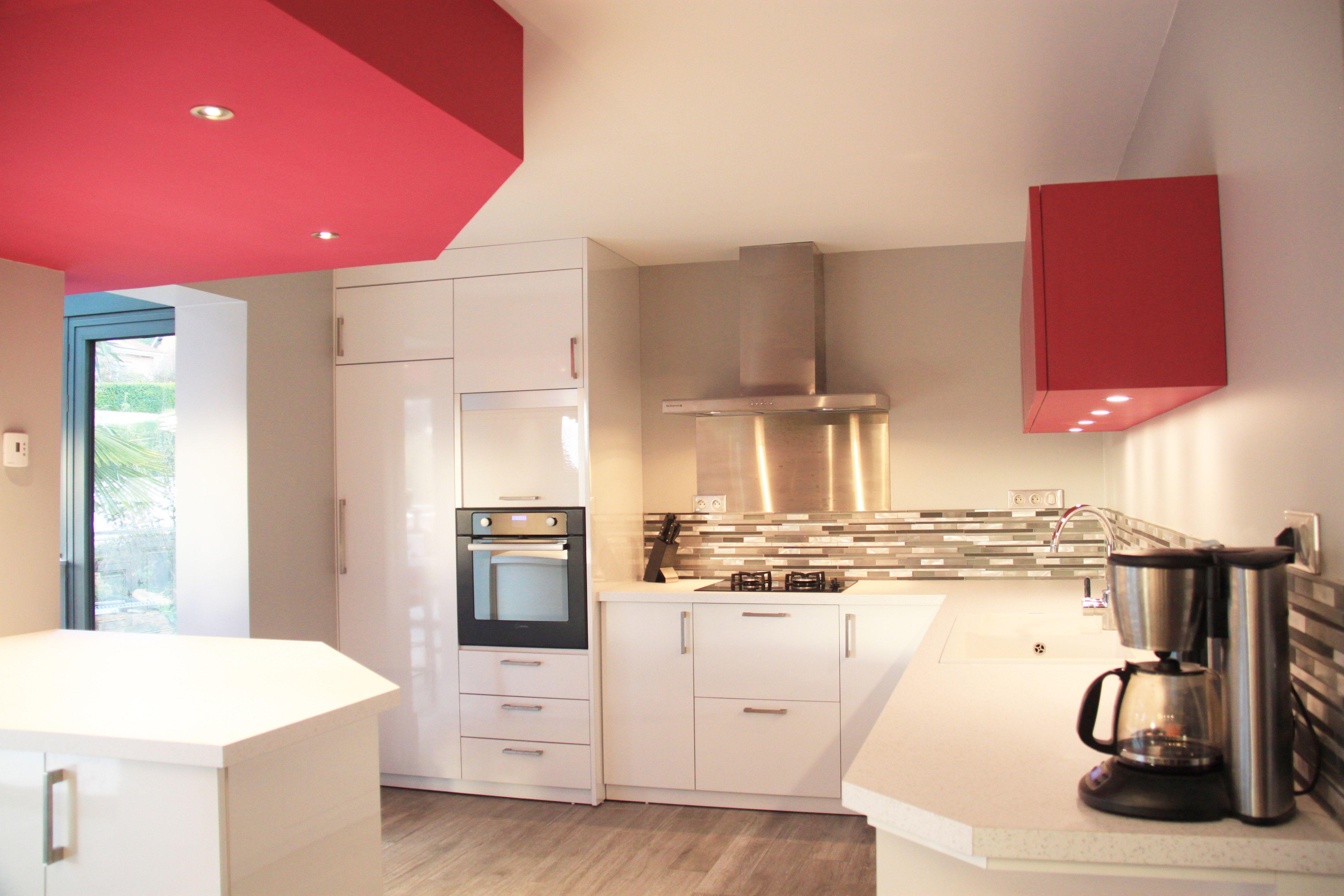 cuisine blanche laqu e avec touches de rose dans faux plafond et meuble de rangement haut le. Black Bedroom Furniture Sets. Home Design Ideas