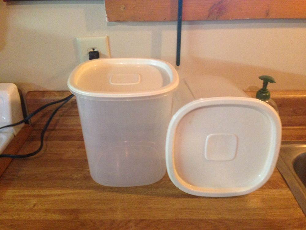 2 Vintage Rubbermaid Servin Saver 7 21 Cup Storage Container Canister Square