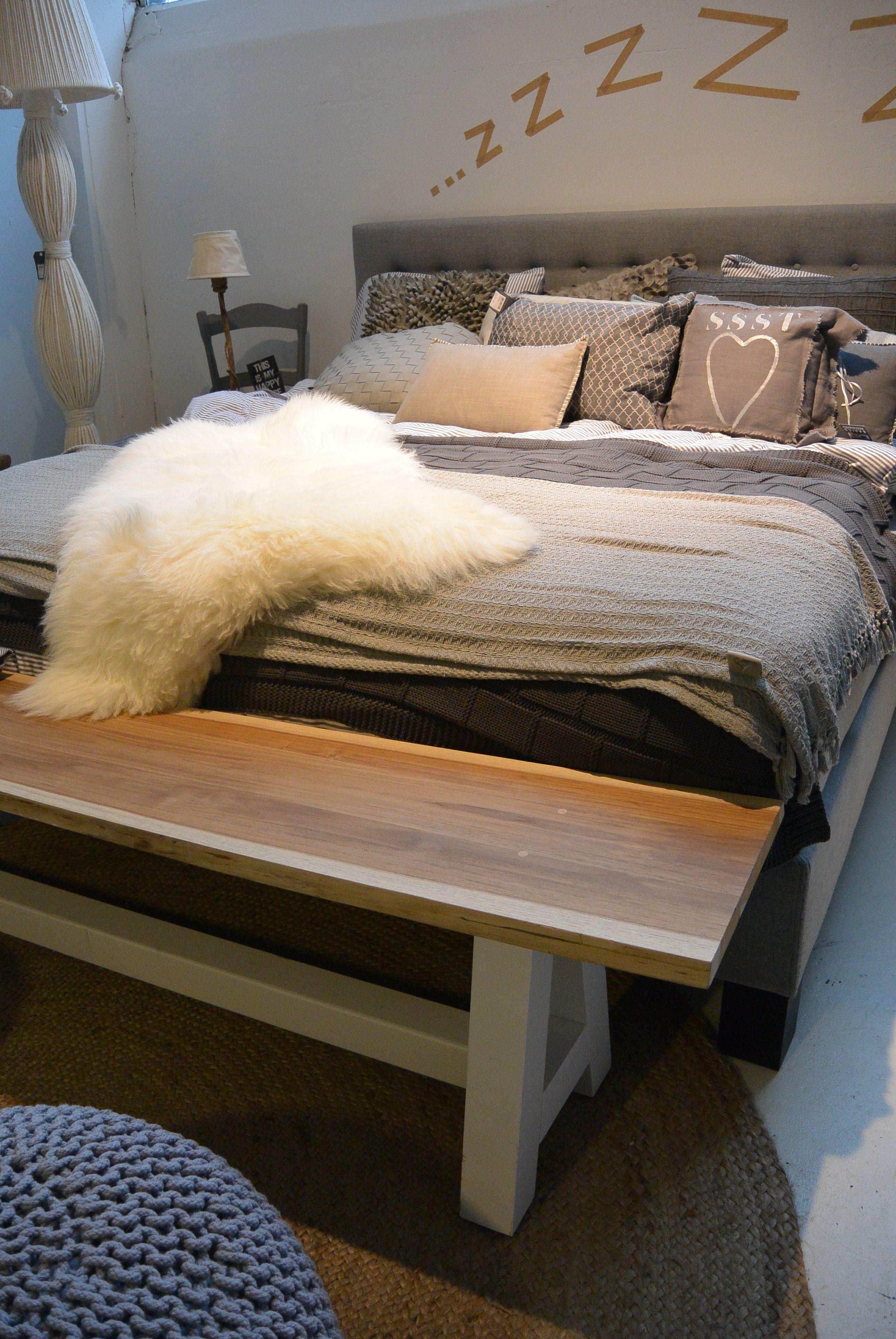 Teakhout bankje met wit onderstel, op maat gemaakt. Leuk bij je bed of gewoon aan de eettafel.