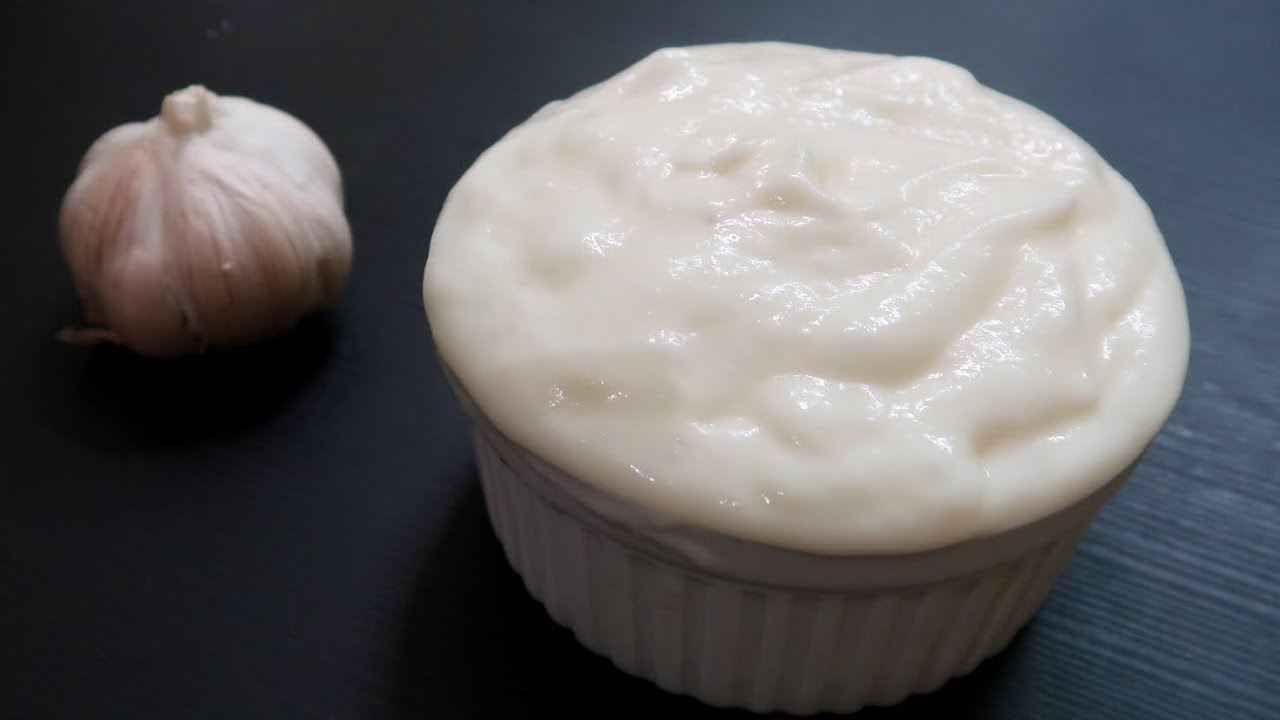 طريقة عمل الثومية السورى بدون بيض How To Make Creamy Garlic Sauce No Eggs Food Yummy Food Recipes