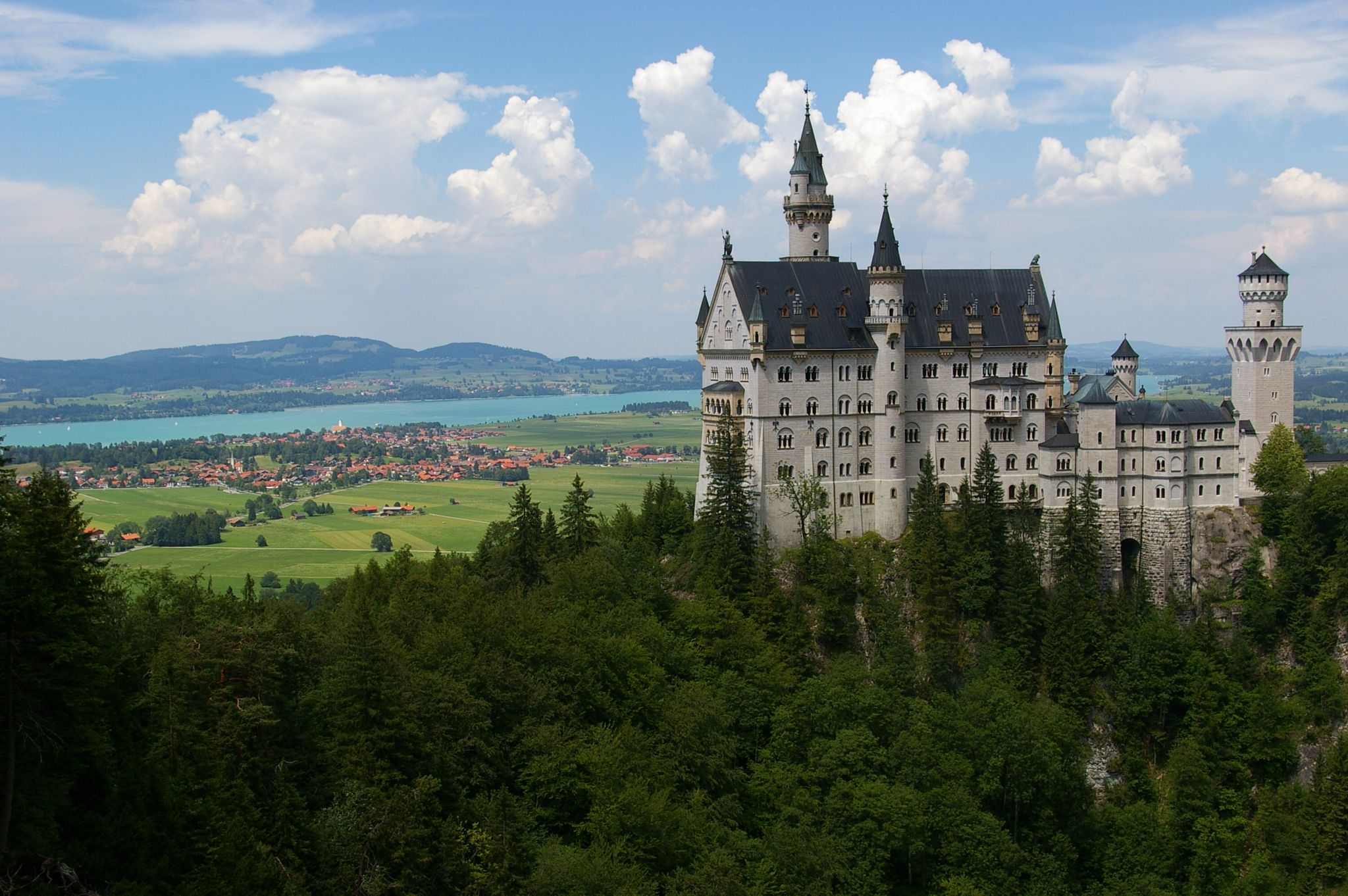 Schloss Neuschwanstein About 2 Hours South Of Munchen Old Houses Beautiful Homes Country