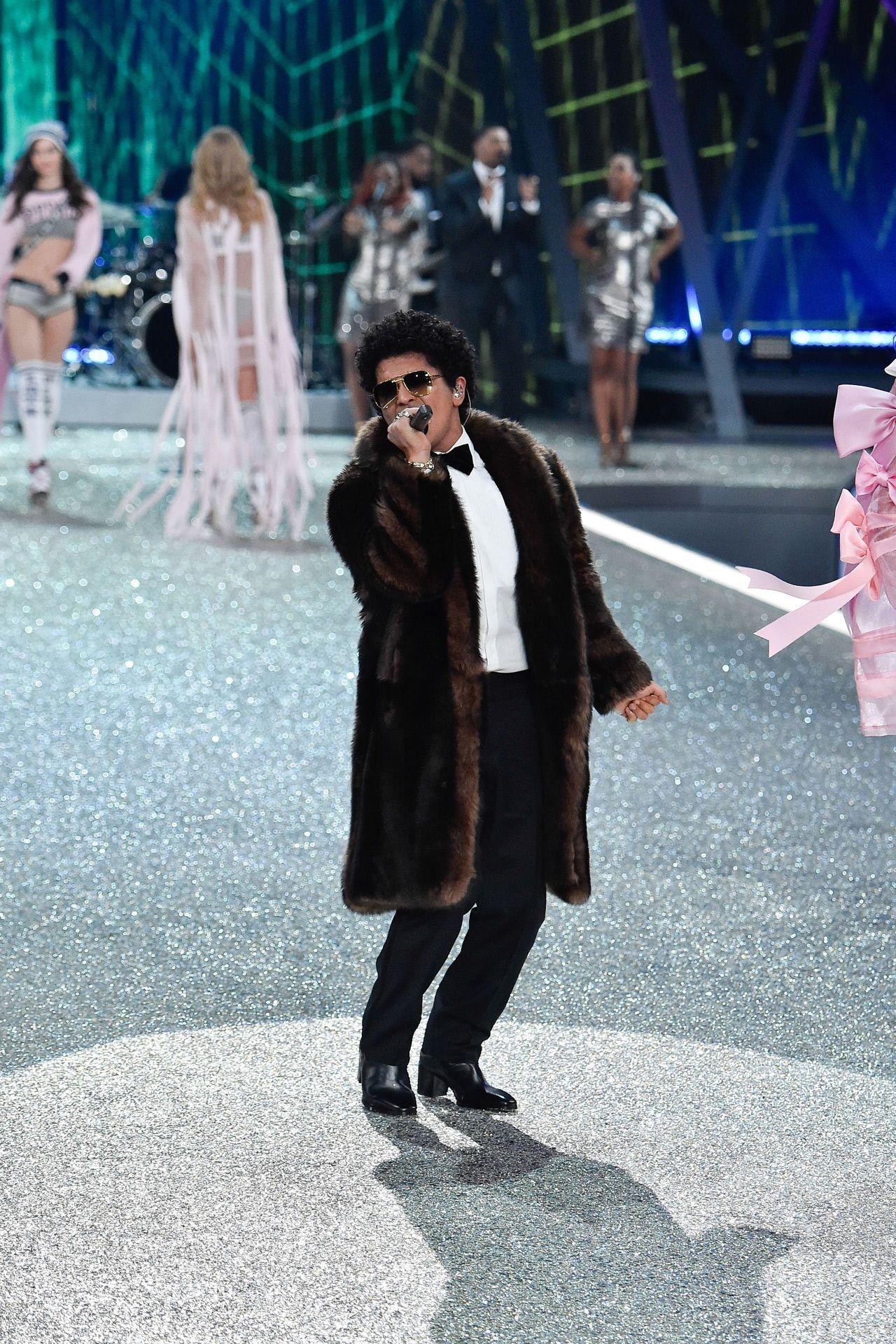Bruno Mars performance VS Fashion Show 2016